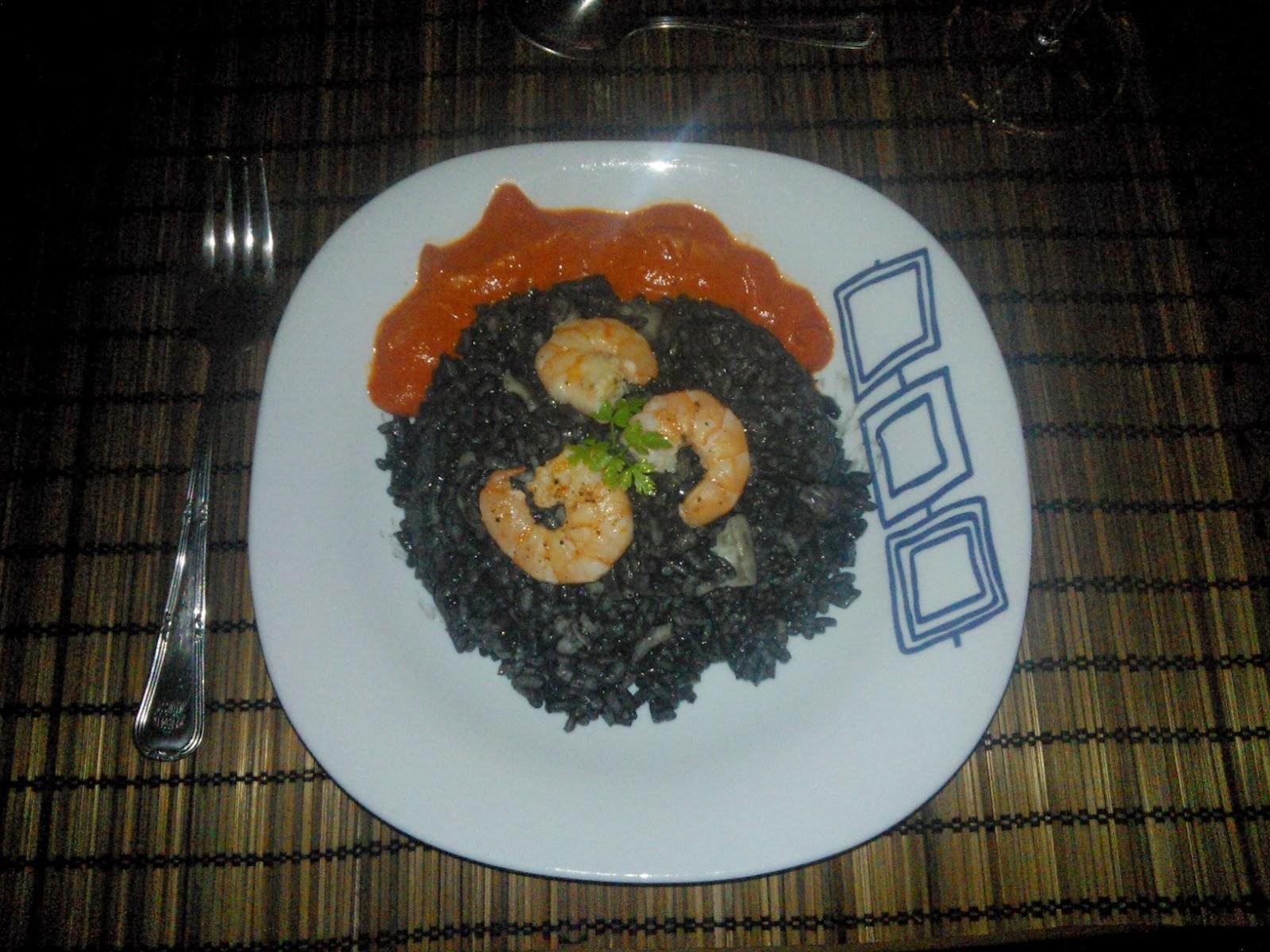 Un ració de risotto negre amb gambes