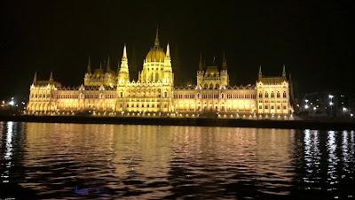 Parlamento de Budapest de noche desde el Danubio