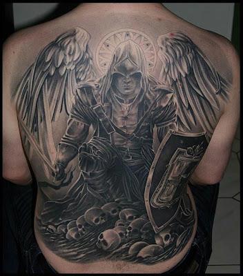 Tatuagem de anjo nas costas