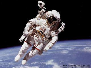 imagens de astronautas no espaço