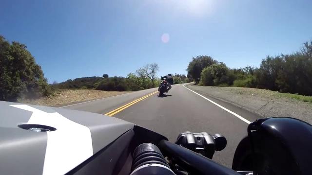 Moto versus auto dangereuse stationné dans le milieu de la rue