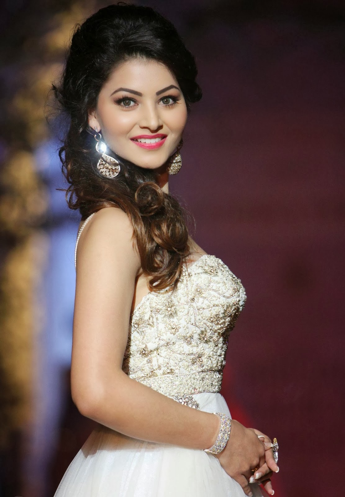 Urvashi Rautela Saree Cleavage Backless Hd Wallpapers