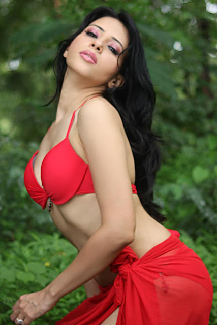 Rozlyn Khan Hot