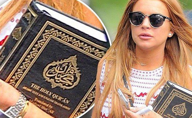 Lindsay Lohan Peluk Al-Qur'an