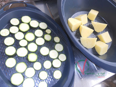 Cortar la patata y el calabacín.