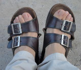 Pé masculino usando chinelo Cartago Ville