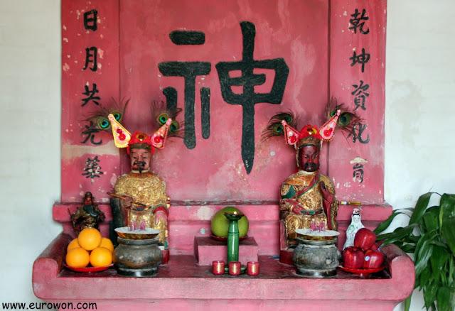 Altar dedicado a las deidades Man Cheong y Kwan Tai