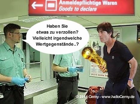 Joachim Löw mit WM-Pokal - Ankunft am Flughafen Berlin