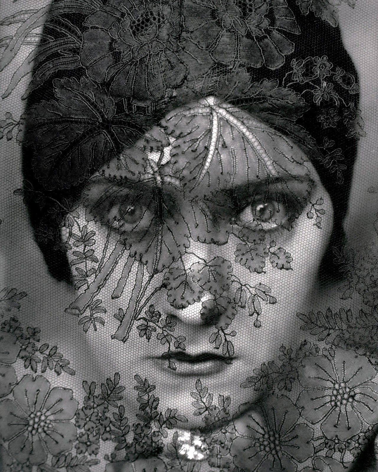 gloria swanson, photographed by edward steichen in 1924