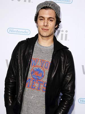Adam Brody photo.. Adam Brodyi birçoğumuz The O.C dizisinden Seth Cohen rolüyle biliyoruz.