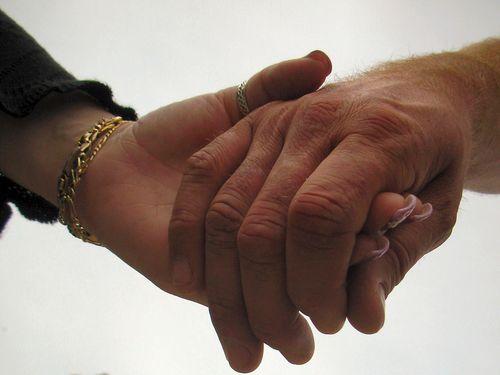 De oudere mensen worden actief benaderd door de corporaties. Ze kunnen ...: www.spacemakers.nl/2013/03/corporaties-helpen-senioren-een-handje.html