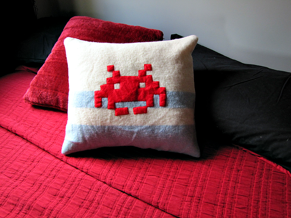 http://www.paisleyjade.com/2013/06/space-invader-cushion.html