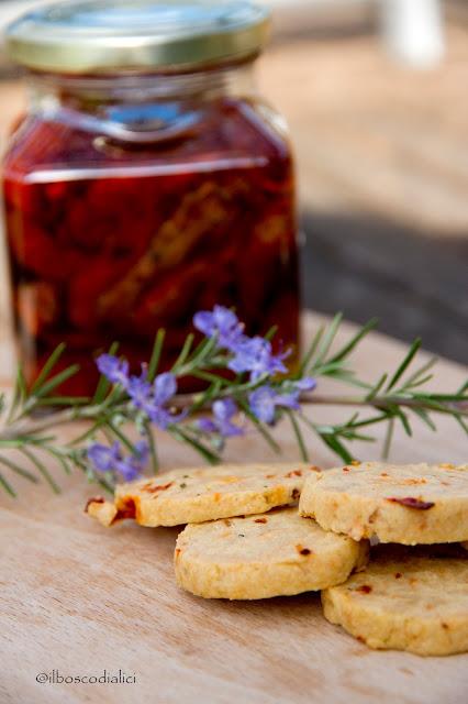 biscotti salati con pomodori secchi e rosmarino.....e la sindrome dell'aperitivo