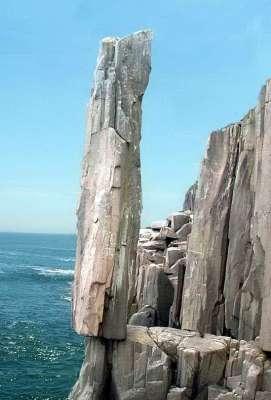 10 Batu Anti-Gravitasi Paling Terkenal di Dunia: Balancing Rock - Nova Scotia