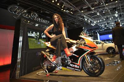 alfa-romeo-girl-paris-motor-show
