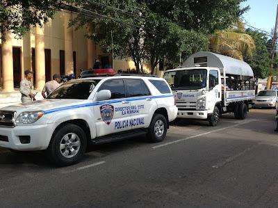 http://4.bp.blogspot.com/-b84Xot8avNk/Uh_ht7abcwI/AAAAAAAAReg/oicDGofv_-U/s400/entrega+policia+1.JPG