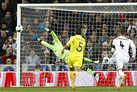 Real Madrid goalkeeper Diego López is unable to save a free-kick from Villarreal player Giovani