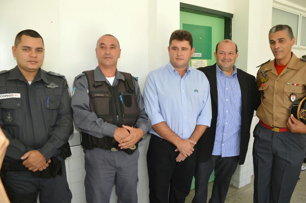 Prefeito Arlei, vice-prefeito Marcio Catão, e representantes da Polícia Militar e do 16º GBM