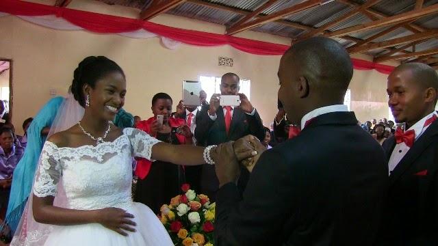 Bwana harusi ,Joshua Nassari akamvisha pete Bibi harusi, Anande Nnko.