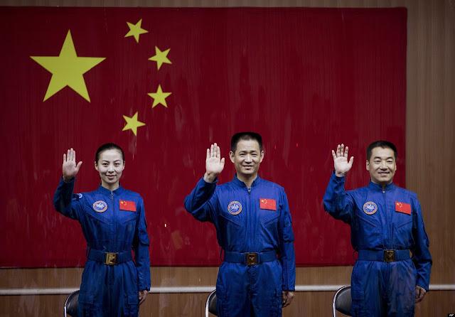 Ba phi hành đoàn của tàu Thần Châu 10 từ trái sang gồm : Wang Yaping, Nie Haisheng và Zhang Xiaoguang. Credit : AP.