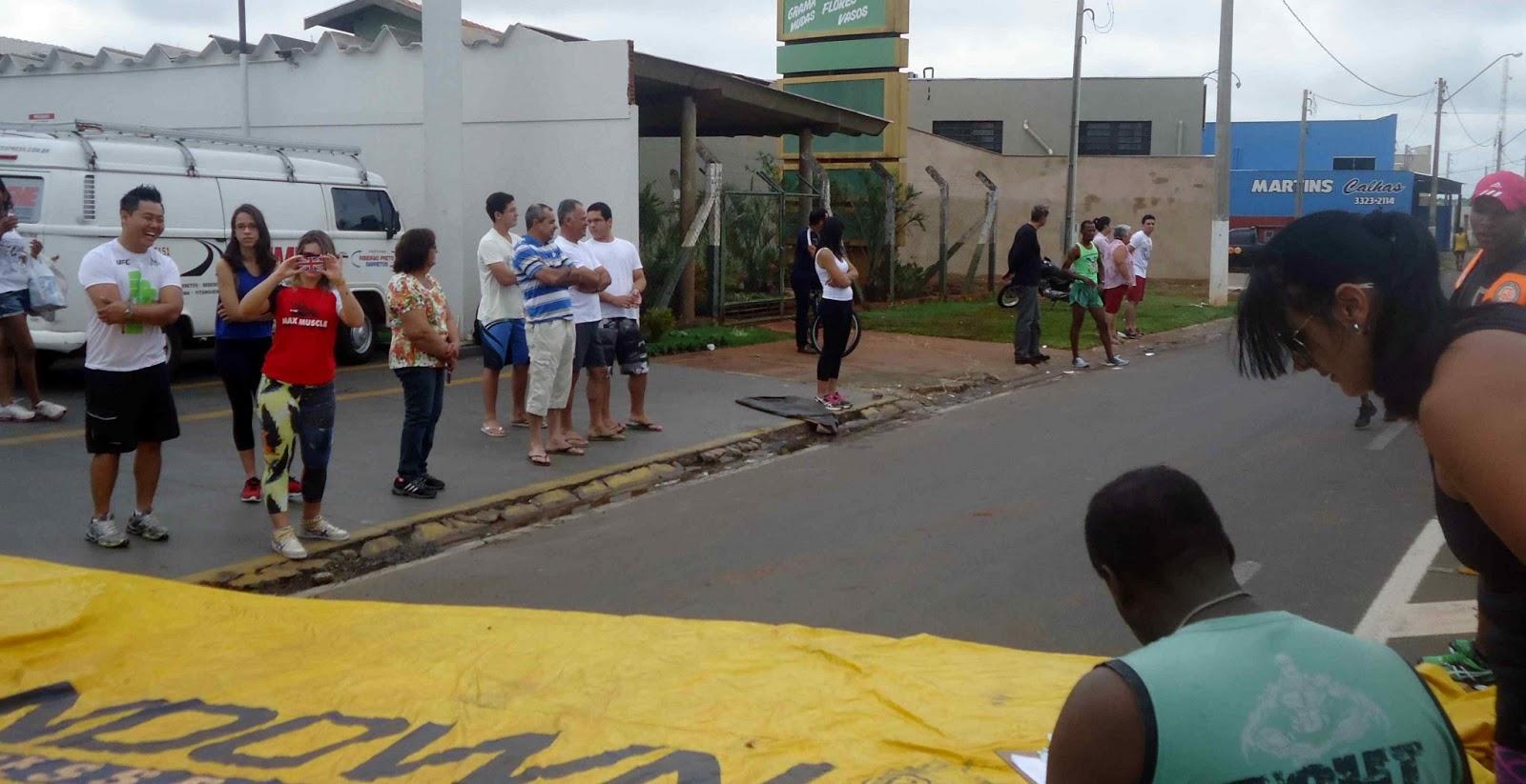 Foto 104 da 1ª Corrida Av. dos Coqueiros em Barretos-SP 14/04/2013 – Atletas cruzando a linha de chegada