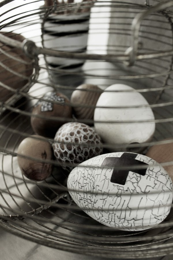 påskpyssel, inspiration påsk, diy ägg, dekorera ägg, måla på ägg, vita ägg med svart, svart och vitt, träägg, ägg inspiration, påsken 2014, påskpyssla, korg,