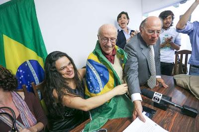 Juristas protocolam novo pedido de impeachment de Dilma