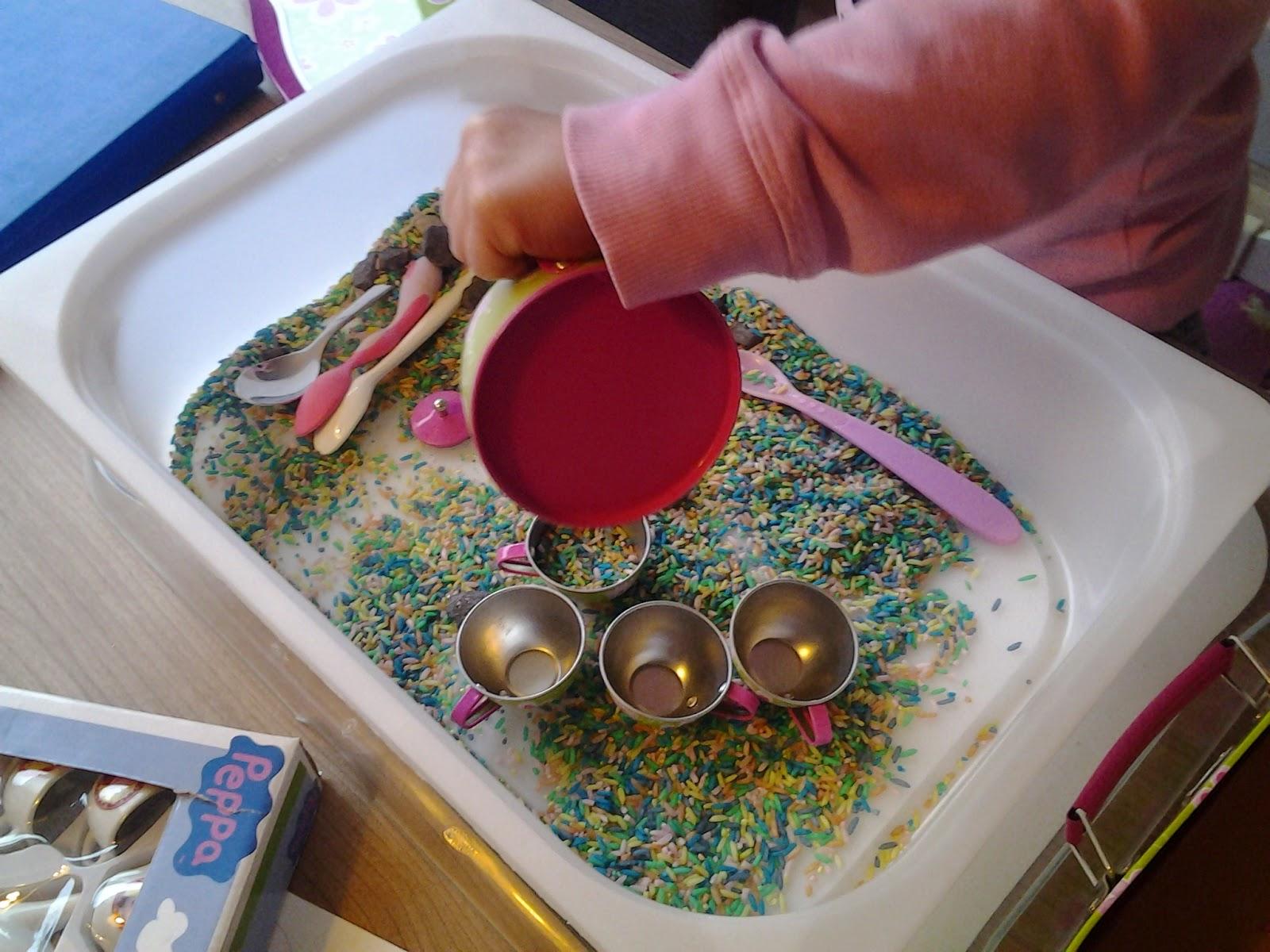 Uit het leven van.....: Spelen met gekleurde rijst.