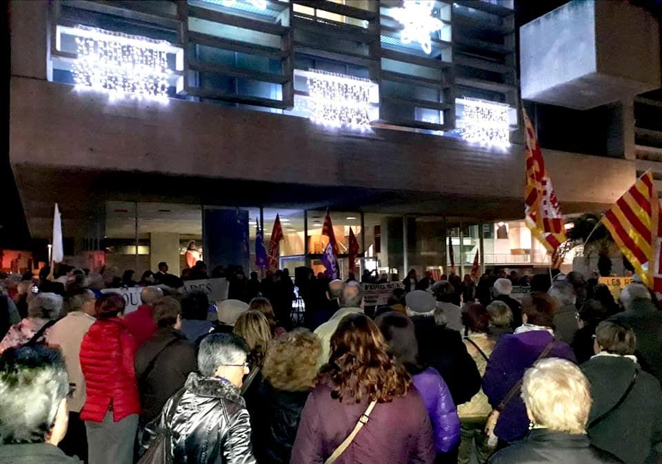 en la puerta del Ayuntamineto de Mollet lucha contra las listas de espera diciembre 2018