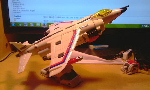 原本我對此沒什麼感覺,不過入手後見機翼D坑,我奇怪地喜歡左佢... 可能有人唔記得,跟先前一樣都可以配上地台,十足飛機模型!
