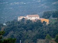 La masia de La Riba al peu de la riera homònima