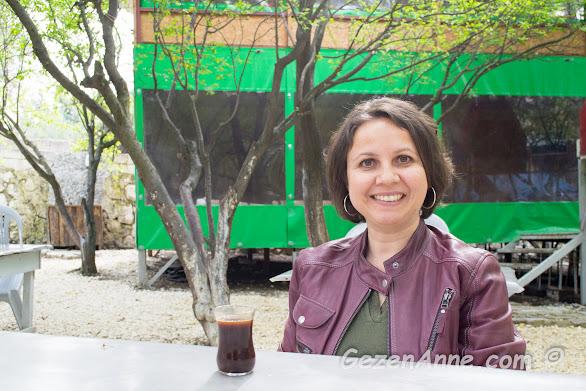 kahvaltı sonrası çay bardağında Türk kahvesi içerken, Karaca kahvaltı evi Hatay