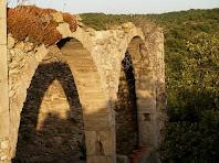 Arcades recuperades d'una antiga construcció annexa a la façana de migdia del mas de L'Espina