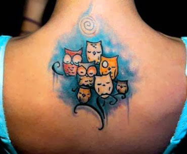 Tattoo de coruja pequena nas costas femininas