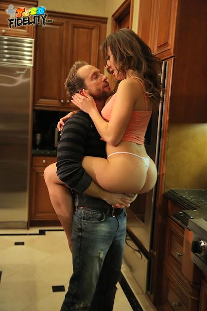 FotosNua.Com trepando com a mulher gostosa na cozinha