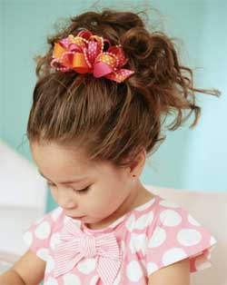 Coiffure enfant avec cheveux rattachés en queue de cheval