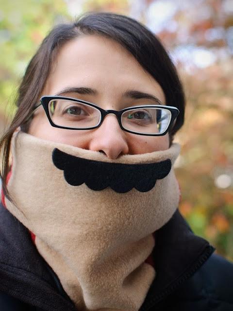 Не замерзнуть и поднять настроение окружающим — шарф «усы Марио» рассчитан на поклонников ретро-игр и просто обладателей чувства юмора.