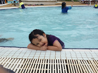 posing tepi kolam