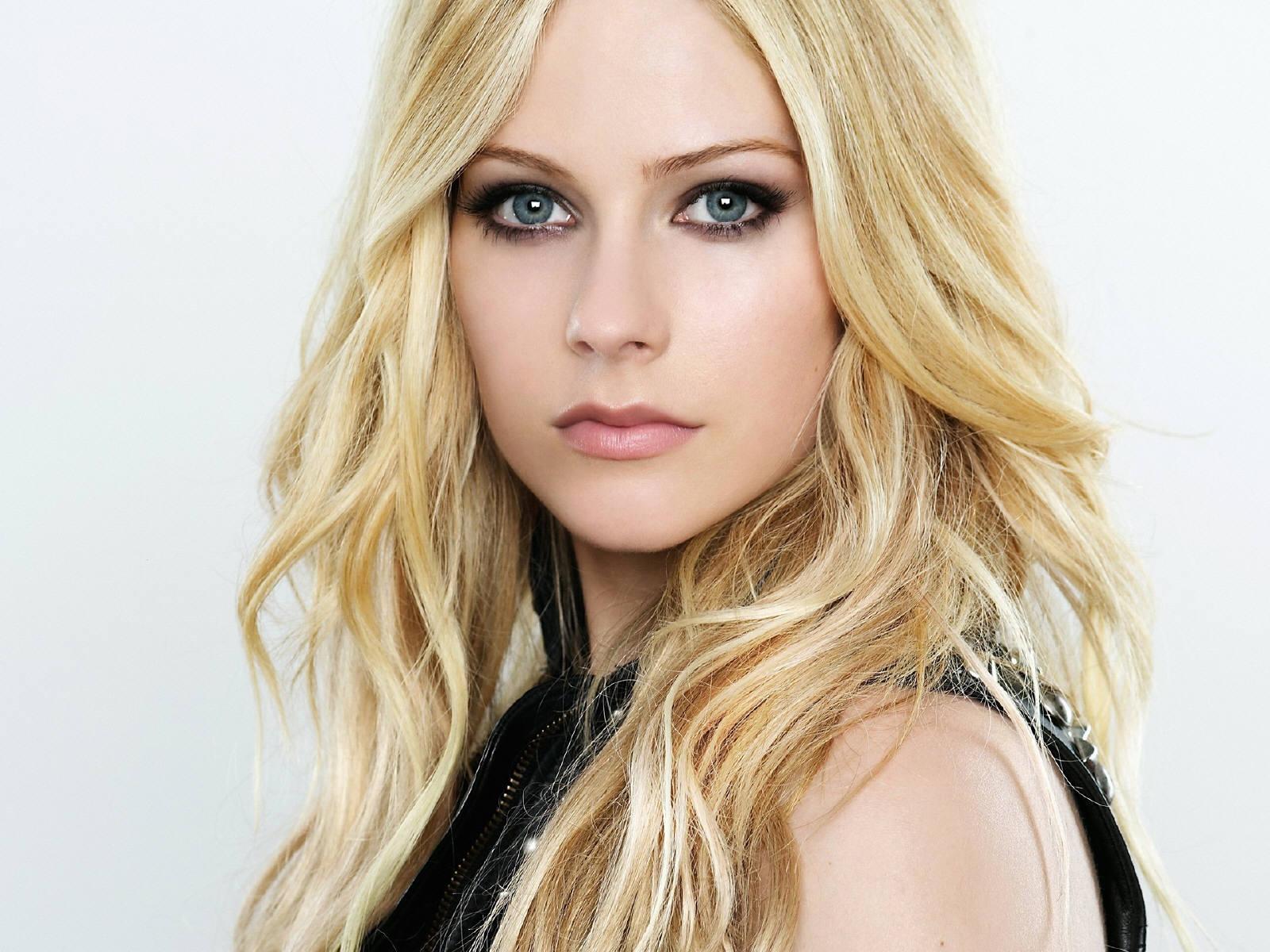 http://4.bp.blogspot.com/-bEMim4kadtA/Ty4gn2COemI/AAAAAAAABQQ/2fQ2g4OejxU/s1600/Portrait-of-Avril-Lavigne.jpg