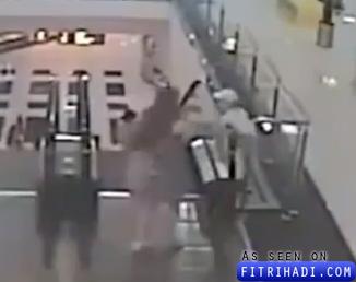 video budak main escalator jatuh tingkat 3