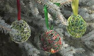 Manualidades Escuela en la nube: Bolas Navidad con lanas y casacabel NAVIDAD manualidades navidad manualidades cosas de navidad actividades con los niños