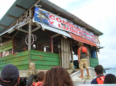 Surtidor combustible,  Guna Yala, San Andrés, Panamá, round the world, La vuelta al mundo de Asun y Ricardo, mundoporlibre.com