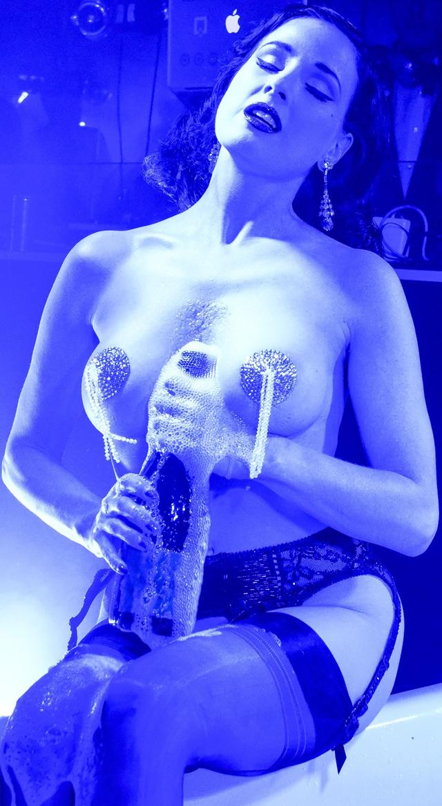 Dita Von Teese en topless