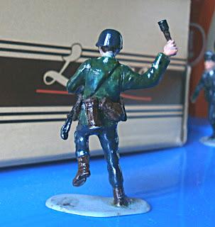 Раскрашенный солдатик - немецкий автоматчик с гранатой
