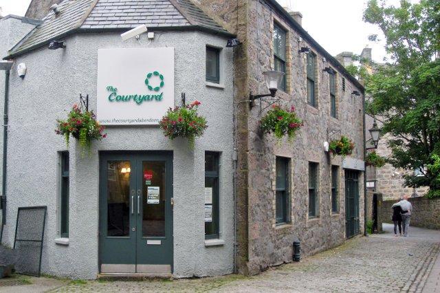 Fachada y entrada del Resturante The Courtyard en Aberdeen