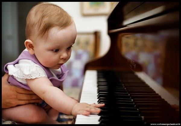 Adorable bébé qui joue du piano