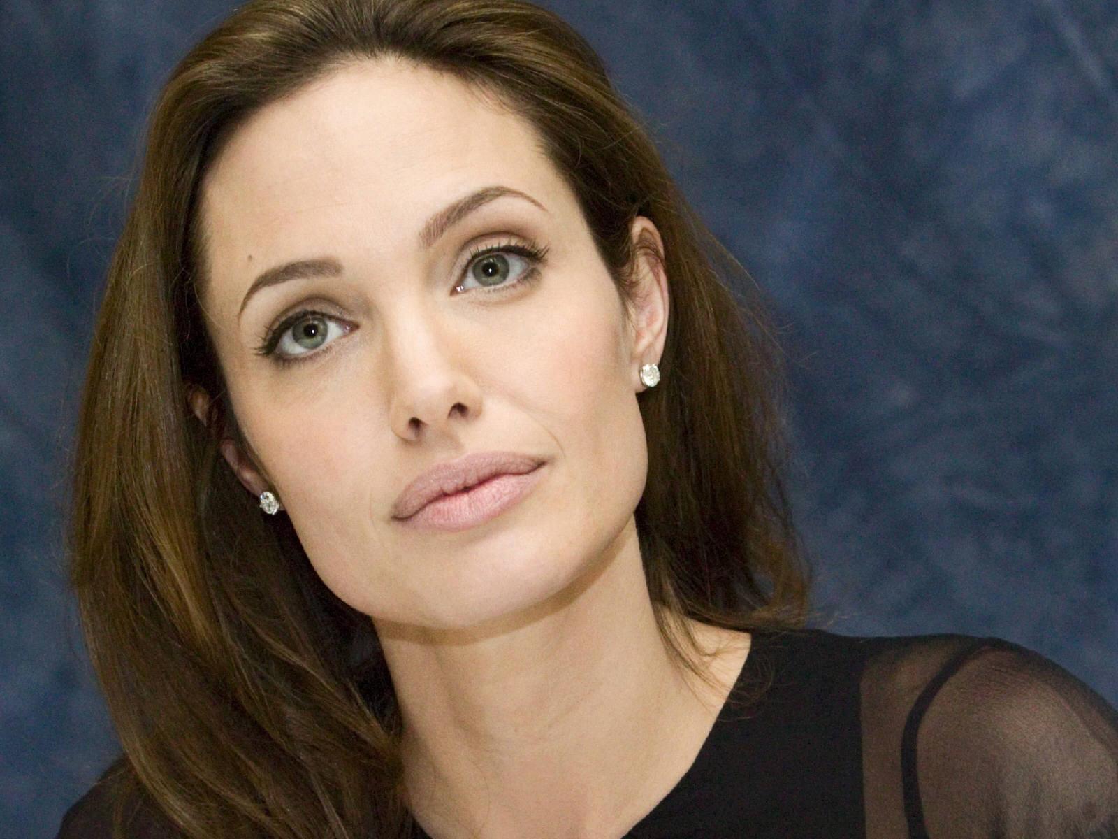 http://4.bp.blogspot.com/-bHXbyHRnh5E/UDHp7lz2V6I/AAAAAAAAU7c/GzdJrHkD8Ek/s1600/Angelina-Jolie01_0.jpg