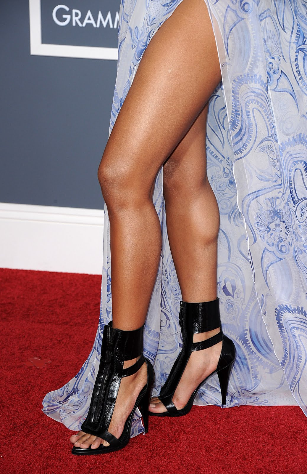 http://4.bp.blogspot.com/-bI2VNq90Zfs/TVmJyPS4KyI/AAAAAAAAFJs/WsPJAcQ_9oo/s1600/ciara_cleavage_thigh_grammys_3.jpg