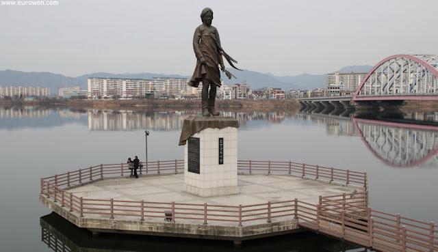 Escultura en honor a la dama del río Soyanggang