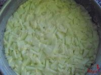 Bizcocho de manzana-espolvoreando con azúcar